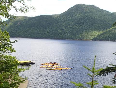Rassemblement du groupe de kayak avant départ
