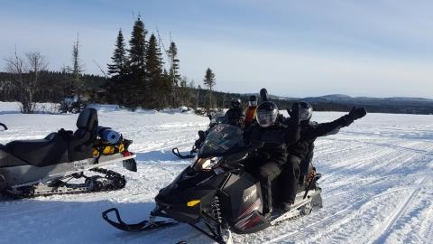 En motoneige sur nos lacs gelés