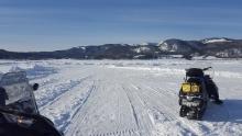 Sur le fjord en motoneige