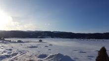 Village de pêche blanche sur la glace